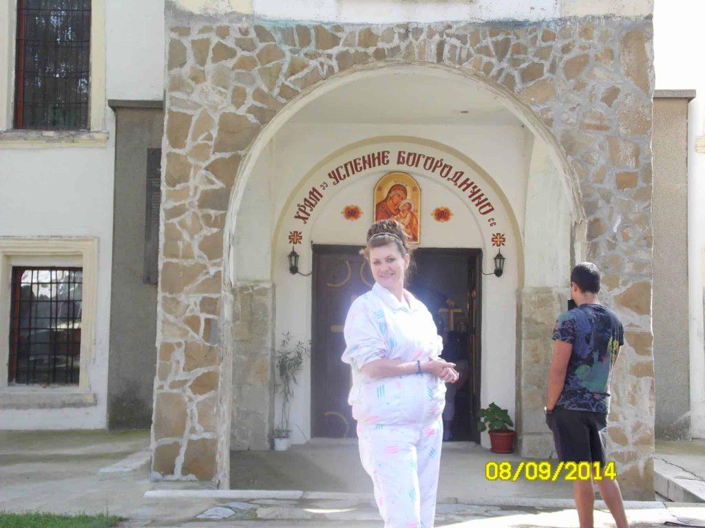 Аурата на Еви пред храм Успение Богородично