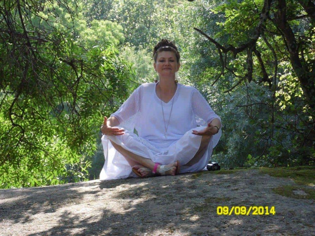 еви медитира в светла аура